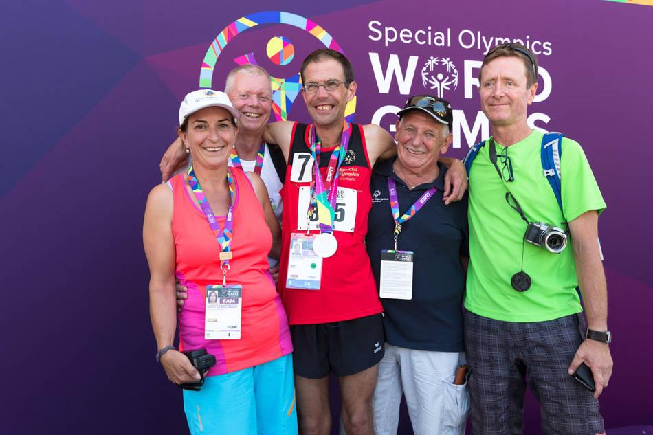 Special Olympics World Games Los Angeles 2015  Familie Weißenberger feiert mit den Trainern Wilfried Negele (2.v.l) und Adrian Germanus (rechts) die Silbermedaille über 10.000m von Christian Weißenberger (3.v.l.). Foto: SOD/Luca Siermann